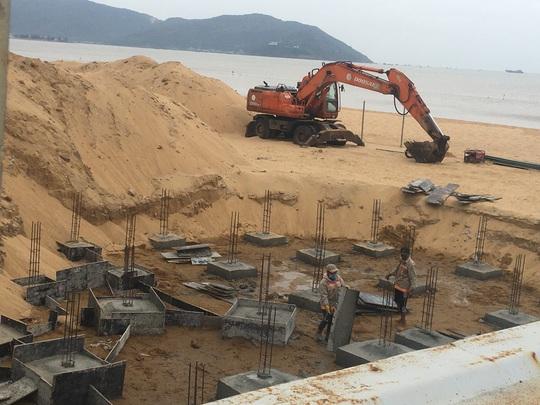 Hàng chục trụ móng xây trái phép trên bờ biển Quy Nhơn - Ảnh 2.