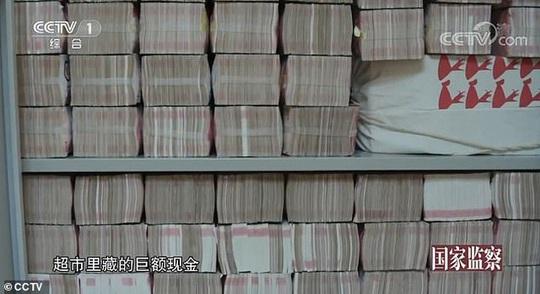 Video 3 tấn tiền mặt chất như núi trong nhà quan tham Trung Quốc - Ảnh 4.