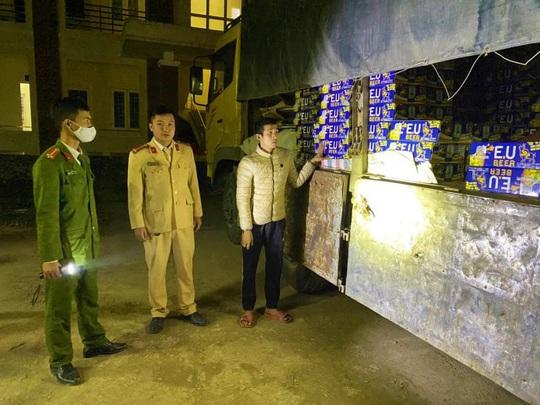 Lái xe tải chở hàng lậu, xài ma túy đá bị phạt 35 triệu đồng, tước bằng 23 tháng - Ảnh 1.