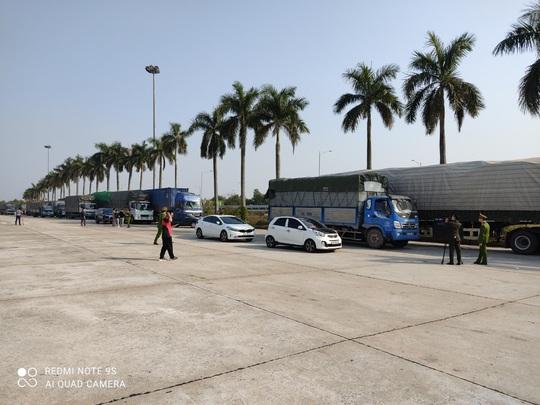 Triệt phá đường dây vận chuyển hàng lậu từ Trung Quốc với số lượng khủng - Ảnh 2.