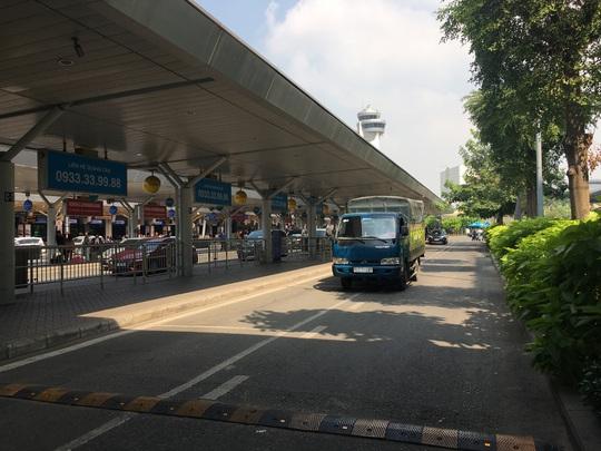 Sau lùm xùm, việc đón khách của xe taxi ở sân bay Tân Sơn Nhất hiện ra sao? - Ảnh 1.