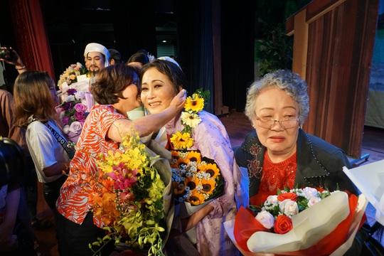 Các nghệ sĩ vở Áo cưới trước cổng chùa hạnh phúc khi đoạt giải Mai Vàng - Ảnh 1.