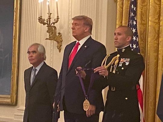 Nhiếp ảnh gia Nick Út được Tổng thống Trump tặng Huân chương Nghệ thuật - Ảnh 1.
