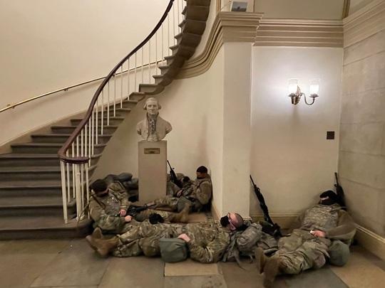 Vệ binh Quốc gia tại điện Capitol được trang bị vũ khí sát thương - Ảnh 3.