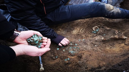 Cày ruộng, vô tình mở kho báu đầy tiền vàng, bạc thời Trung Cổ - Ảnh 1.