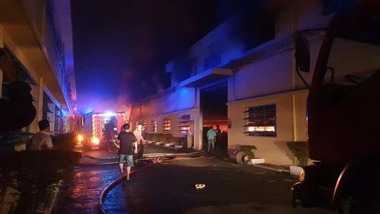 CLIP: Khói lửa bùng phát dữ dội ở Công ty may mặc Mỹ Nga giữa đêm khuya - Ảnh 2.