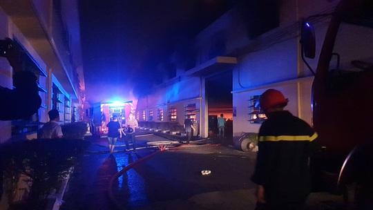 CLIP: Khói lửa bùng phát dữ dội ở Công ty may mặc Mỹ Nga giữa đêm khuya - Ảnh 4.