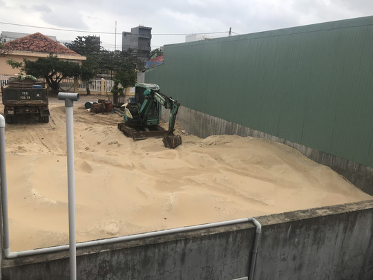 Khốn đốn vì điểm tập kết cát trong khu dân cư - Ảnh 2.