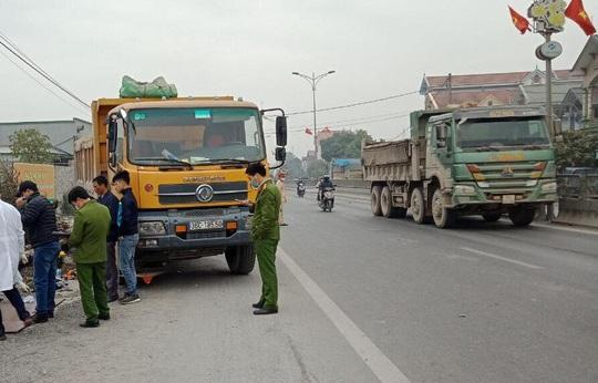 Tông vào đuôi xe phía trước, 2 người thương vong trong cabin xe tải biến dạng - Ảnh 1.