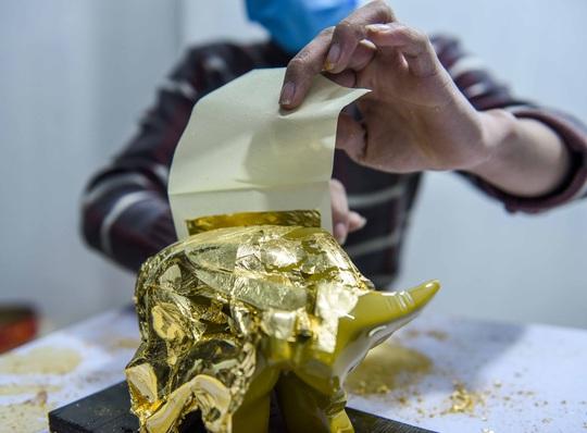 """CLIP: Những công đoạn tạo ra """"Trâu vàng khởi sinh dát vàng 24k - Ảnh 5."""