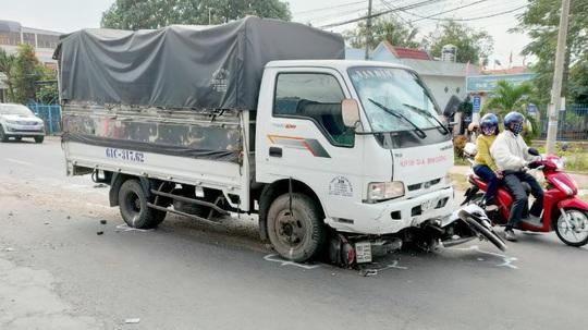 Tài xế ngủ gật, xe tải tông nhiều học sinh trên Quốc lộ 91 - Ảnh 1.