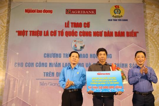 Trao cờ Tổ quốc cho ngư dân và 150 suất học bổng cho học sinh ở Tiền Giang - Ảnh 19.