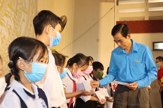 Trao cờ Tổ quốc cho ngư dân và 150 suất học bổng cho học sinh ở Tiền Giang - Ảnh 7.