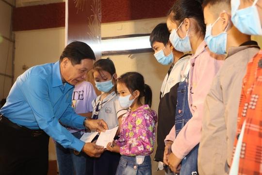 Trao cờ Tổ quốc cho ngư dân và 150 suất học bổng cho học sinh ở Tiền Giang - Ảnh 9.