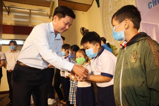 Trao cờ Tổ quốc cho ngư dân và 150 suất học bổng cho học sinh ở Tiền Giang - Ảnh 16.