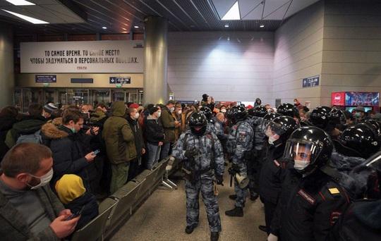 Chính khách đối lập Alexey Navalny bị bắt khi vừa về Nga - Ảnh 4.
