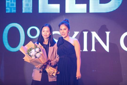 Ca sĩ Bằng Kiều cùng Phương Vy Idol chúc mừng Hush & Hush ra mắt dòng sản phẩm mới 2021. - Ảnh 1.