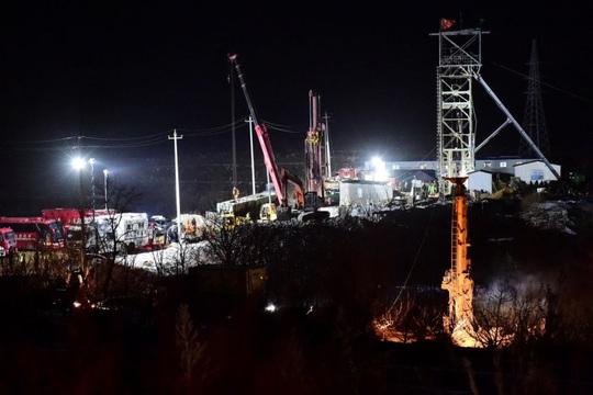 Trung Quốc chạy đua giải cứu hàng chục thợ mỏ dưới lòng đất - Ảnh 1.