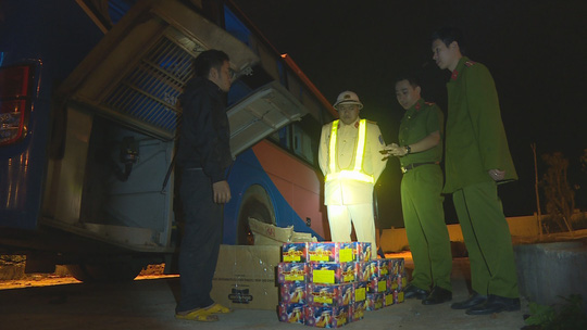 Phát hiện 140kg pháo hoa trên 2 xe khách Việt Tân Phát - Ảnh 1.