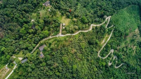 Con đường thổ cẩm dài nhất Việt Nam - Ảnh 1.