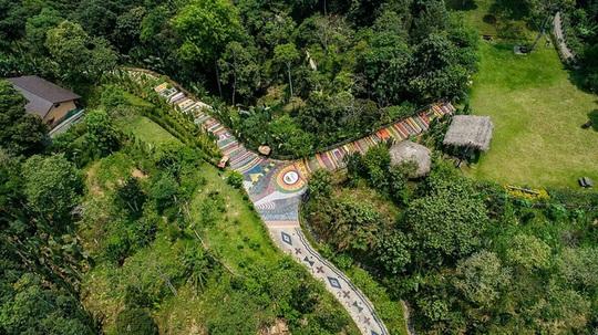 Con đường thổ cẩm dài nhất Việt Nam - Ảnh 2.