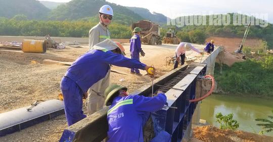 ĐIỀU TRA: Ngang nhiên lập chốt thu tiền xe qua cầu đang xây dựng - Ảnh 4.