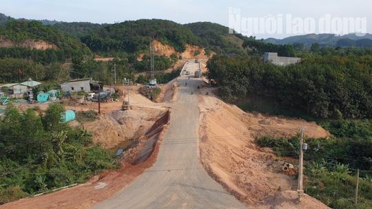 ĐIỀU TRA: Ngang nhiên lập chốt thu tiền xe qua cầu đang xây dựng - Ảnh 2.