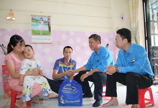Hết lòng với công nhân (*): Mang Xuân đến đoàn viên - Ảnh 1.