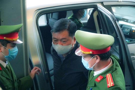 Ông Đinh La Thăng đeo khẩu trang, đến tòa bằng xe đặc chủng - Ảnh 1.