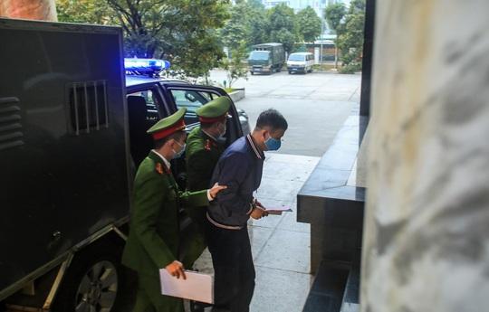 Ông Đinh La Thăng đeo khẩu trang, đến tòa bằng xe đặc chủng - Ảnh 3.