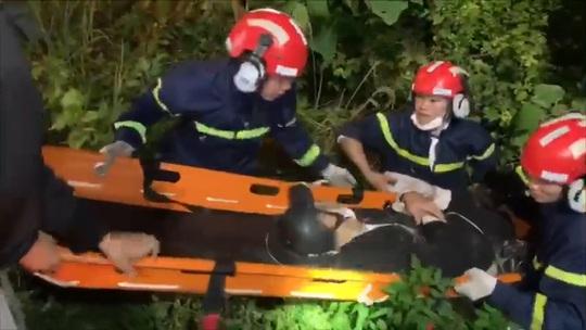 Clip: Nghẹt thở cứu thanh niên nằm bất động dưới vực sâu tại bán đảo Sơn Trà - Ảnh 2.