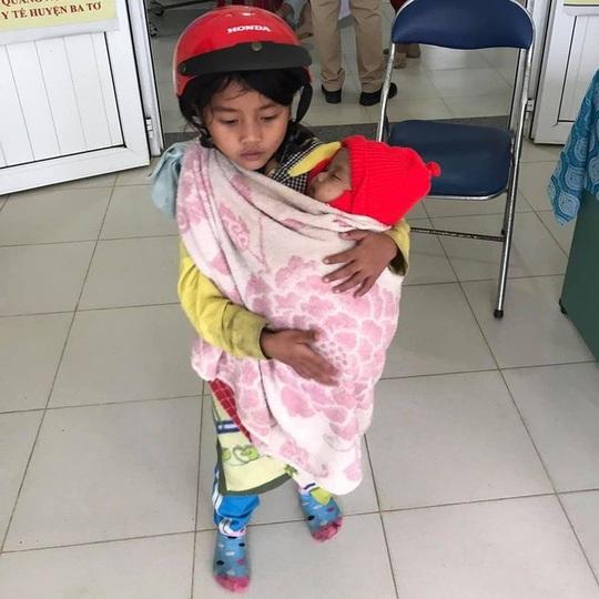 Xúc động hình ảnh chị 7 tuổi địu em 5 tháng tuổi đi tiêm phòng - Ảnh 1.