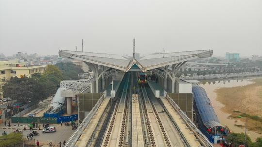 CLIP: Người dân ùn ùn tới nhà ga S1, soi nội thất tàu tuyến đường sắt Nhổn - ga Hà Nội - Ảnh 2.