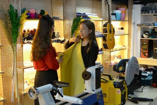 Niềm vui của hai nữ nhân viên trẻ khi nhận nhà đón Tết - Ảnh 3.