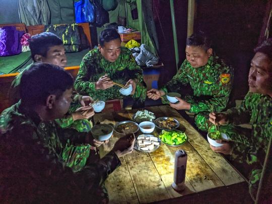 Cận cảnh cuộc sống của bộ đội biên phòng dưới cái rét cắt da cắt thịt nơi địa đầu Tổ quốc - Ảnh 16.