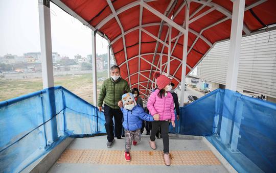 CLIP: Người dân ùn ùn tới nhà ga S1, soi nội thất tàu tuyến đường sắt Nhổn - ga Hà Nội - Ảnh 6.