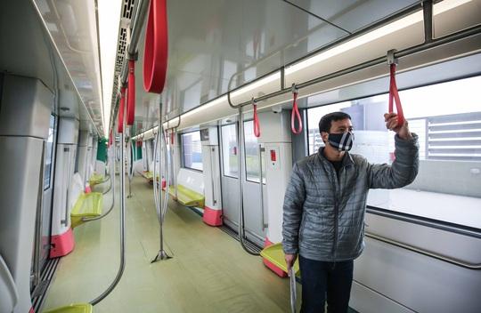 CLIP: Người dân ùn ùn tới nhà ga S1, soi nội thất tàu tuyến đường sắt Nhổn - ga Hà Nội - Ảnh 8.