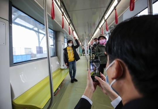 CLIP: Người dân ùn ùn tới nhà ga S1, soi nội thất tàu tuyến đường sắt Nhổn - ga Hà Nội - Ảnh 10.