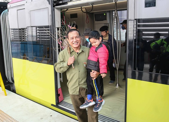 CLIP: Người dân ùn ùn tới nhà ga S1, soi nội thất tàu tuyến đường sắt Nhổn - ga Hà Nội - Ảnh 17.