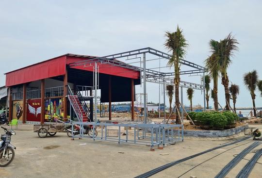 Hàng loạt công trình xây liều ở khu tránh trú bão - Ảnh 1.