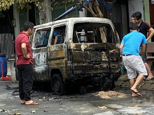 TP HCM: Nhiều người hoảng loạn khi thấy lửa nuốt chửng ôtô - Ảnh 2.