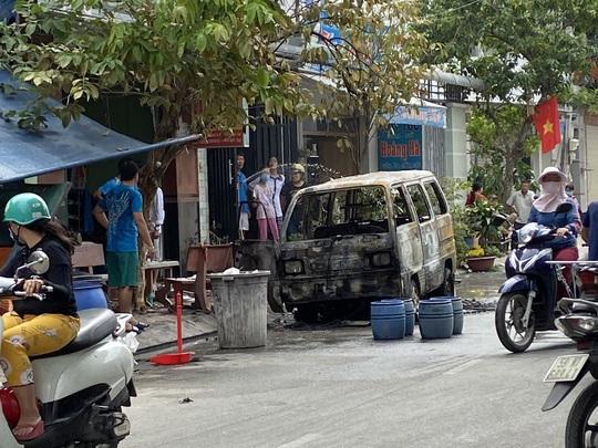 TP HCM: Nhiều người hoảng loạn khi thấy lửa nuốt chửng ôtô - Ảnh 1.