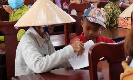 Hơn 200 suất học bổng được trao cho con em gia đình chính sách - Ảnh 6.