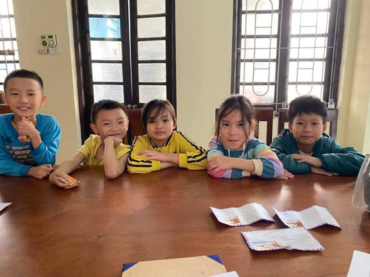 5 học sinh tiểu học đến công an trình báo nhặt được 3 phong bì có số tiền lớn - Ảnh 1.