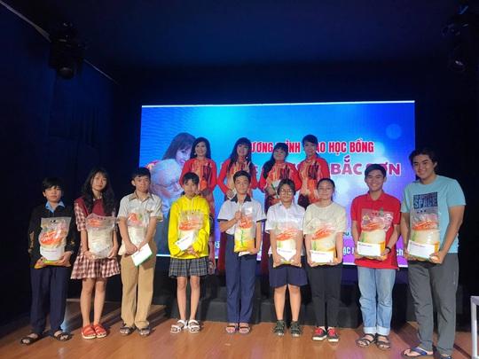 Cuối năm, hai học bổng nghệ sĩ trao tặng con em công nhân sân khấu - Ảnh 3.