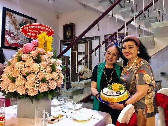 Kỳ nữ Kim Cương tự thưởng sinh nhật bằng chương trình Nghệ sĩ tri âm - Ảnh 2.