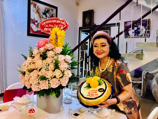Kỳ nữ Kim Cương tự thưởng sinh nhật bằng chương trình Nghệ sĩ tri âm - Ảnh 1.