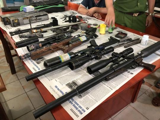 """Cà Mau phát hiện """"ổ"""" súng tự chế của 3 người đàn ông - Ảnh 1."""