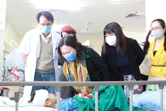 Một bác sĩ kêu gọi hơn 1,4 tỉ đồng giúp cháu bé bị cha chém nát mặt - Ảnh 3.