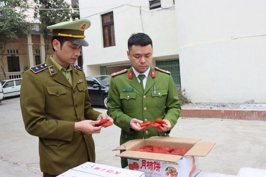 Bắt 1,2 tấn hồng sấy dẻo nhập lậu, món ăn đắt hàng dịp Tết Nguyên đán - Ảnh 1.